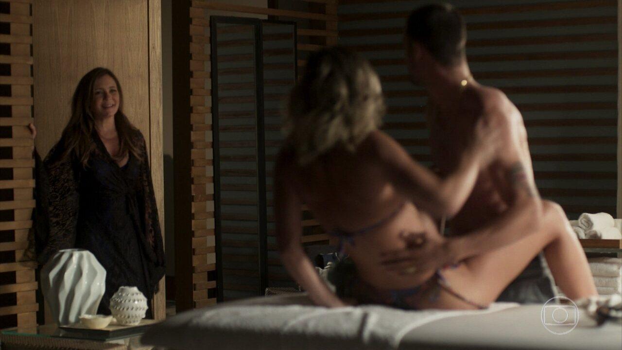 Laureta flagra Tomé e Ariadna se beijando