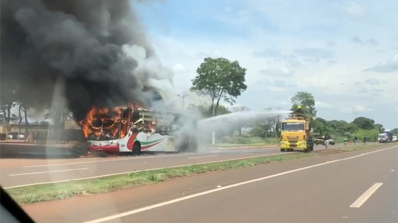 Ônibus com 17 passageiros pega fogo em rodovia de MS