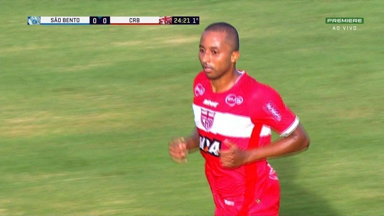 Ratinho faz boa tabela com Serginho, que cruza na medida para Willians Santana