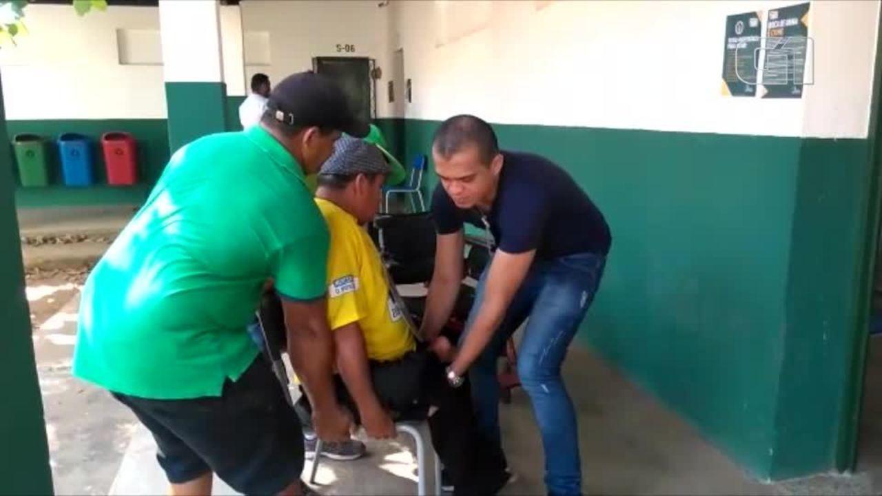 Cadeirante faz rampa e é carregado para poder votar em Teresina