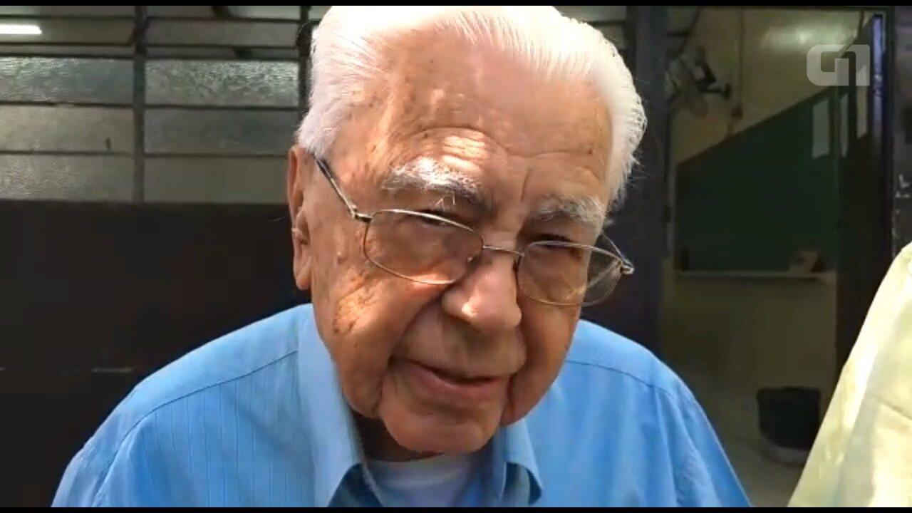 'Eu acho que é um dever dos brasileiros', diz eleitor de 106 anos que fez questão de votar