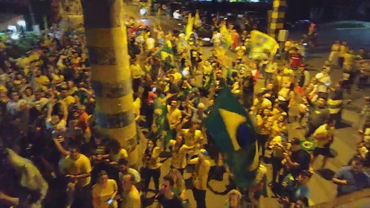 Eleitores festejam em Joinville após vitória de Comandante Moisés