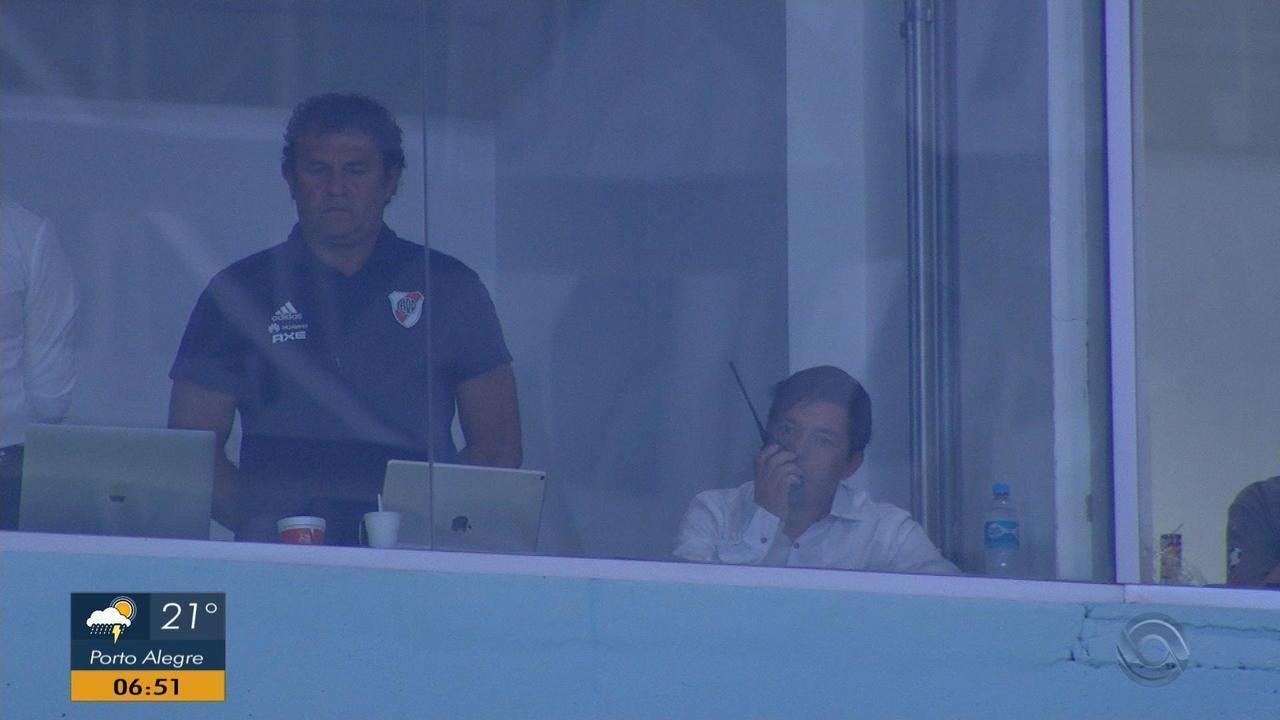 Gallardo descumpre punição e vai a vestiário do River no intervalo do jogo contra o Grêmio