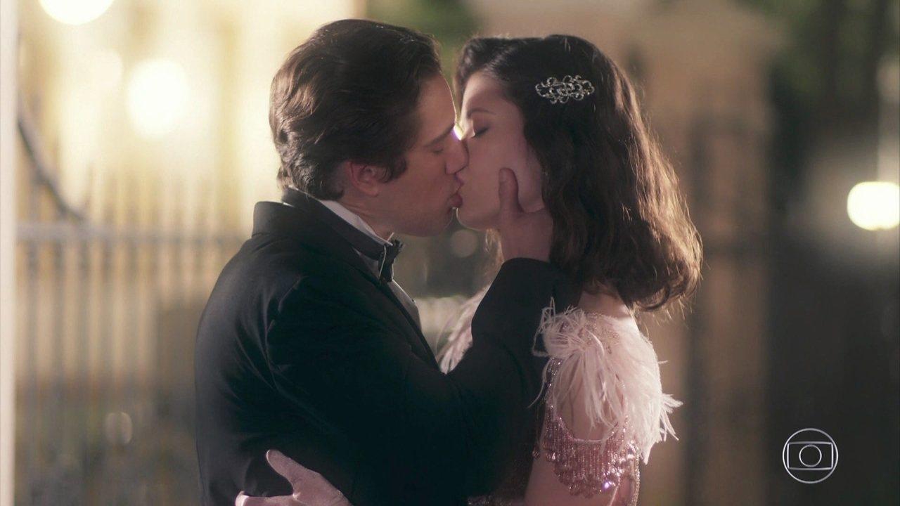 Danilo se declara para Julia e os dois se beijam