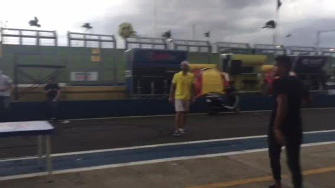 Pilotos da Stock Car se divertem em Futpong no pitlane de Goiânia