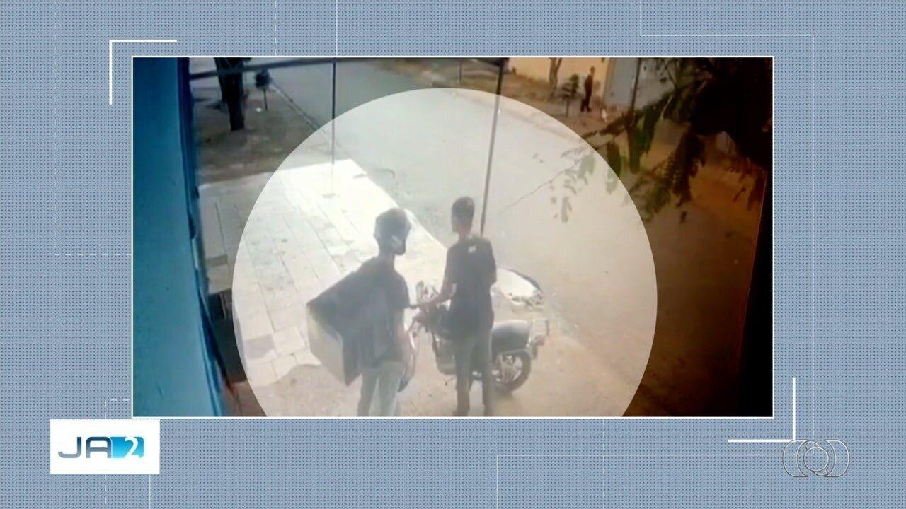 Vídeo mostra dupla assaltando entregador em Goiânia