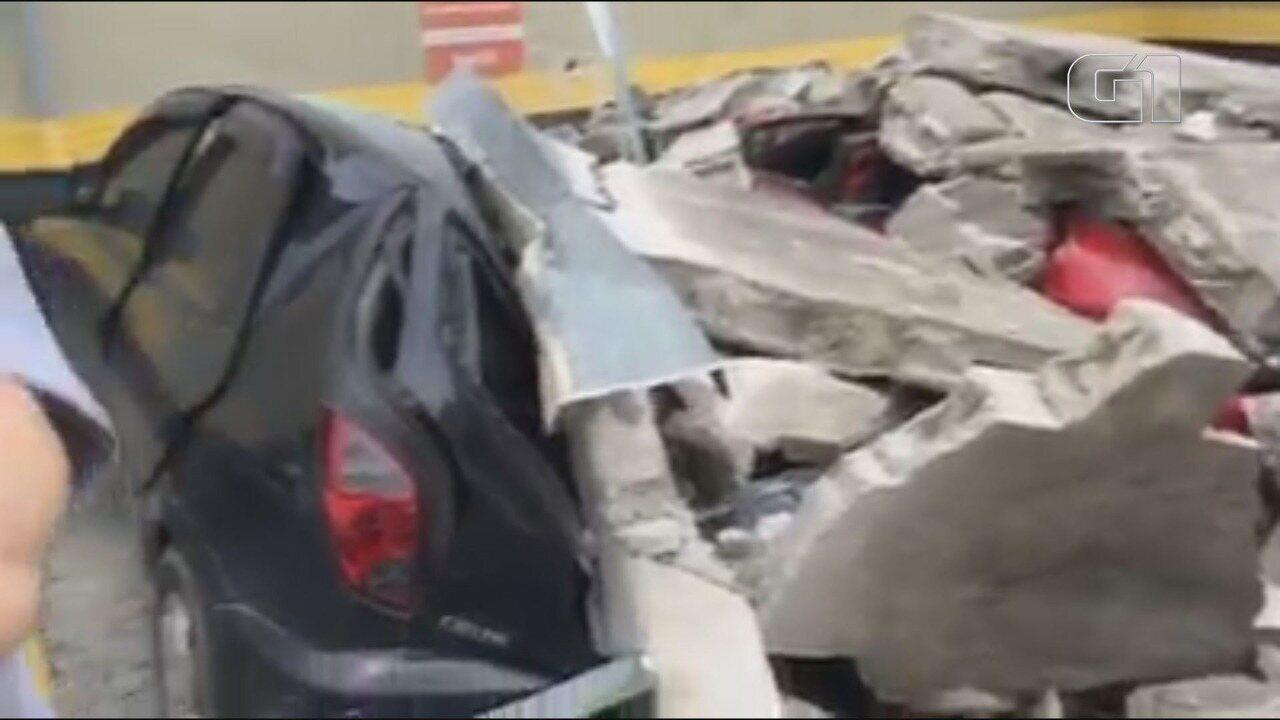 Carros são esmagados por muro de supermercado que caiu durante ventania em Registro