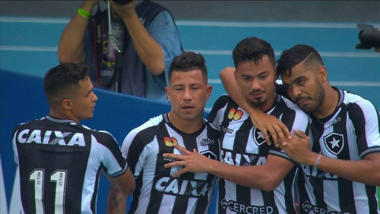 Gol do Botafogo! Rodrigo Lindoso sobe bem e bola desvia em Ralf e entra aos 28 do 1º tempo