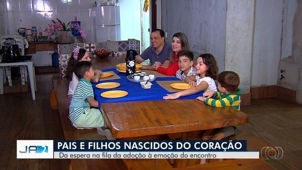 Casal com três filhos resolve adotar mais três irmãos em Goiânia: 'Casa alegre'