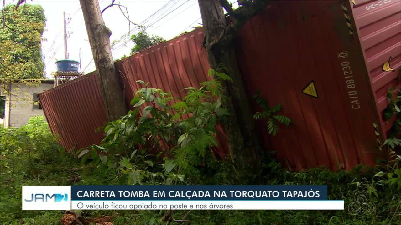 Carreta tomba na Avenida Torquato Tapajós, em Manaus