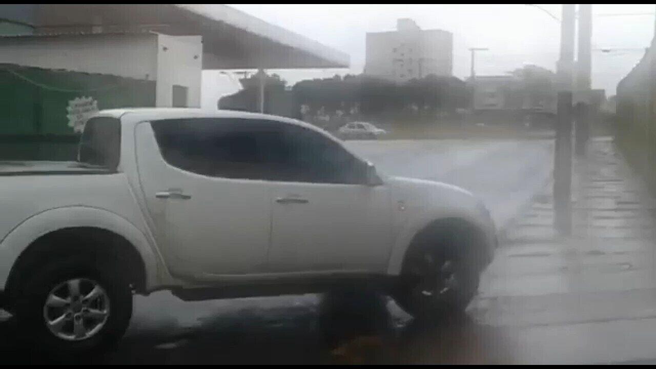 Imagem do veículo chegando à PF em Uberlândia após ser preso em Vazante