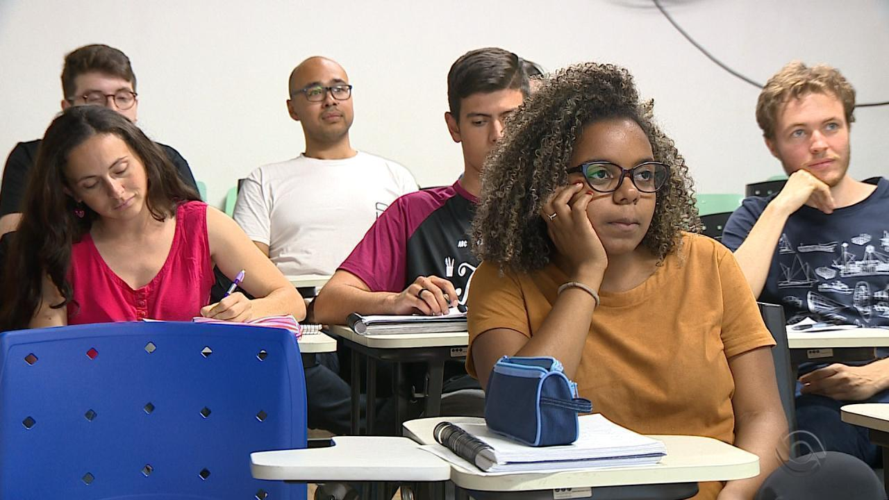 Candidatos estudam para o Enem em cursinho gratuito ministrado por voluntários no RS
