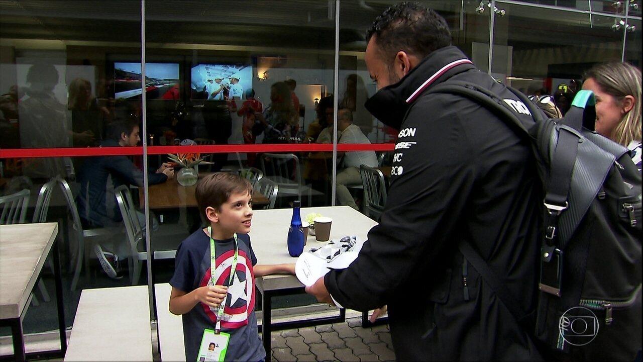 Lewis Hamilton realiza sonho de menino de 10 anos com paralisia nas pernas