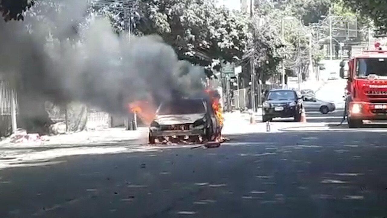 Carro pega fogo na Avenida Garibaldi; veja imagens do incêndio