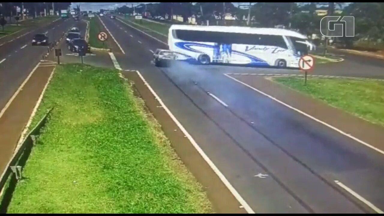 Carro freia 32 metros antes de bater em ônibus que cruzava a BR-277, em Foz do Iguaçu