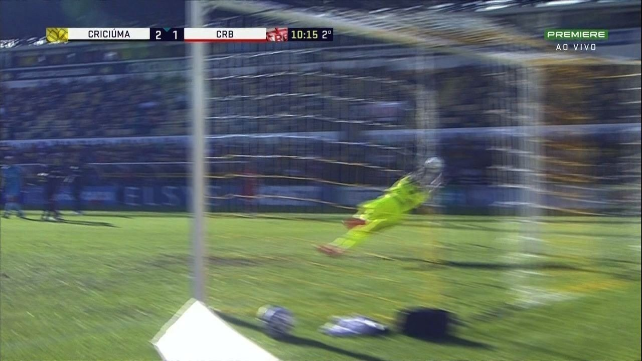 Felipe Menezes arrisca de longe e Belliato espalma