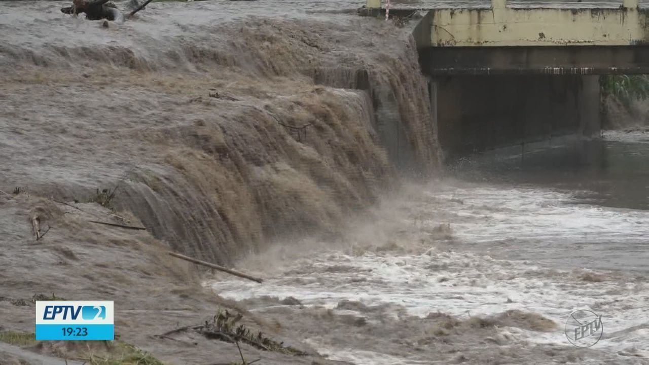 Chuva forte causa alagamentos em diversos pontos de São Carlos