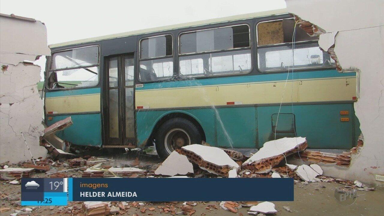 Ônibus desgovernado bate em duas casas em Passos (MG)