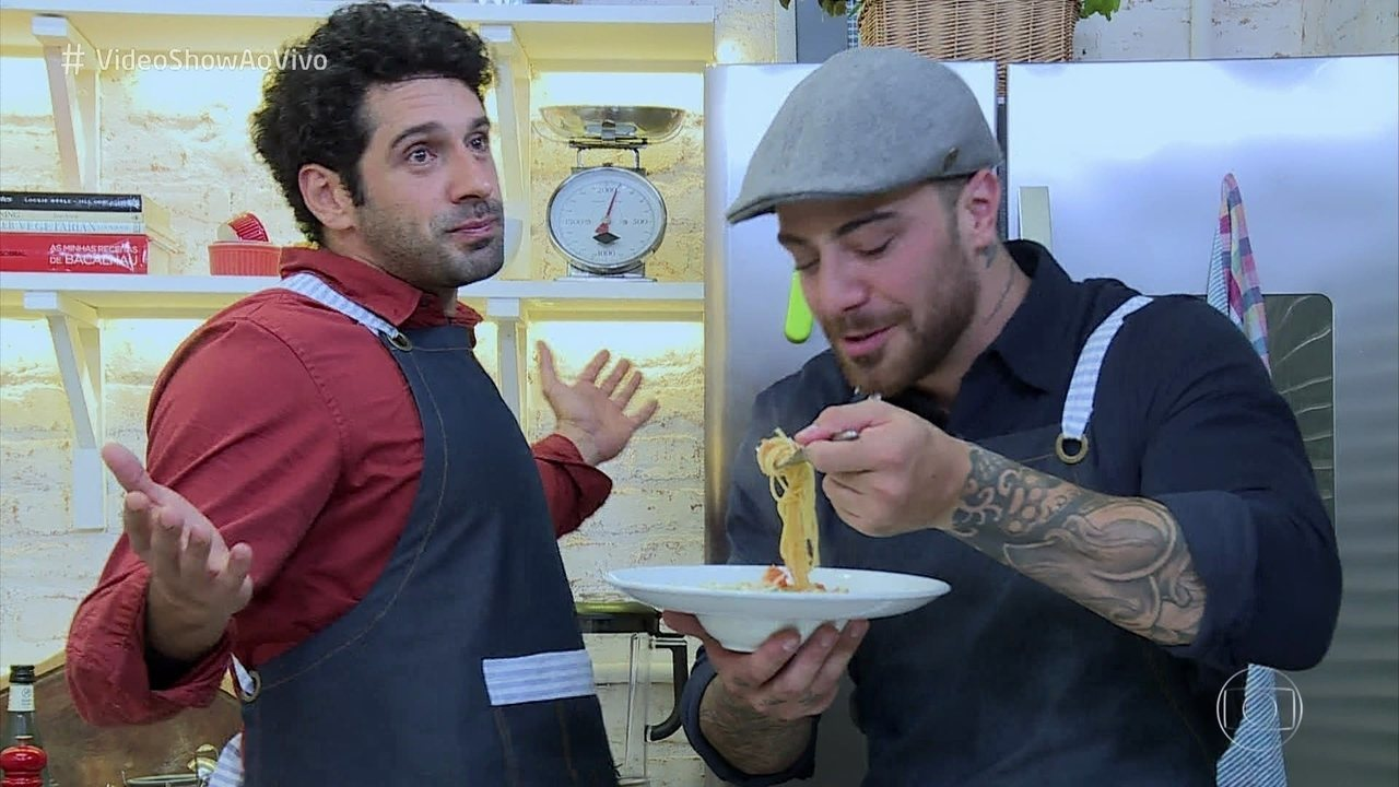 Felipe Titto e João Baldasserini na cozinha do Vídeo Show