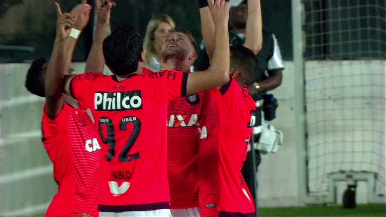 Gol do Atlético-PR! Léo Pereira fica com a sobra na pequena área e empata, aos 49' do 2ºT