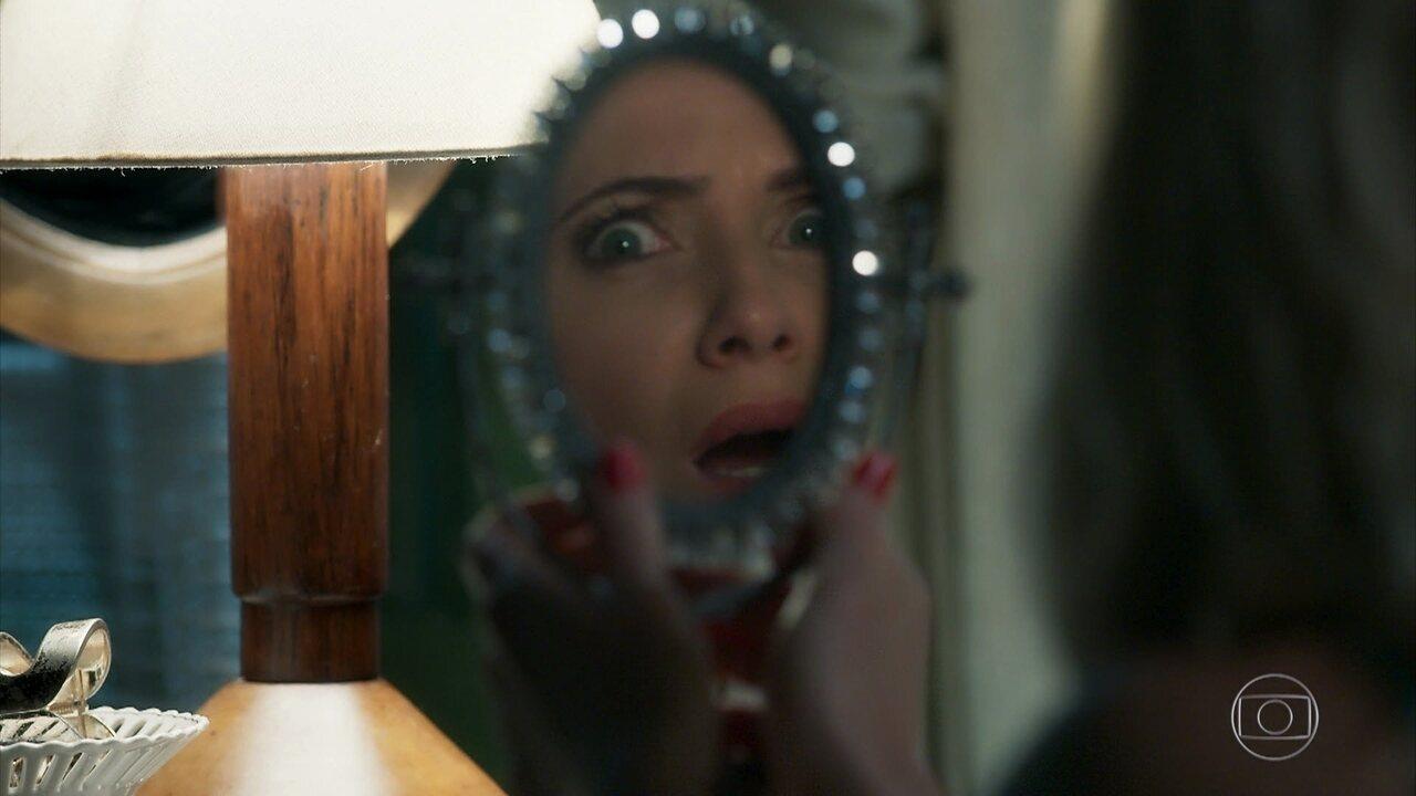Marilda passa mais da água da fonte em seu rosto. Ela não admite ter nenhuma ruguinha!