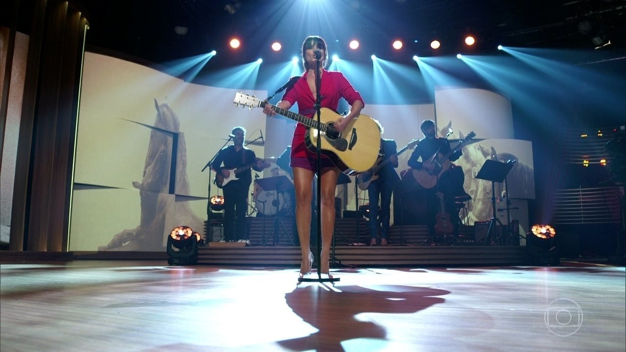 Paula Fernandes canta 'Pássaro de Fogo'