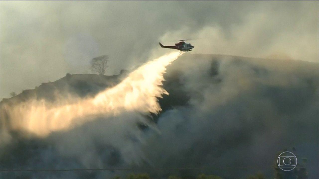 Autoridades da Califórnia esperam que a chuva ajude a combater os incêndios florestais