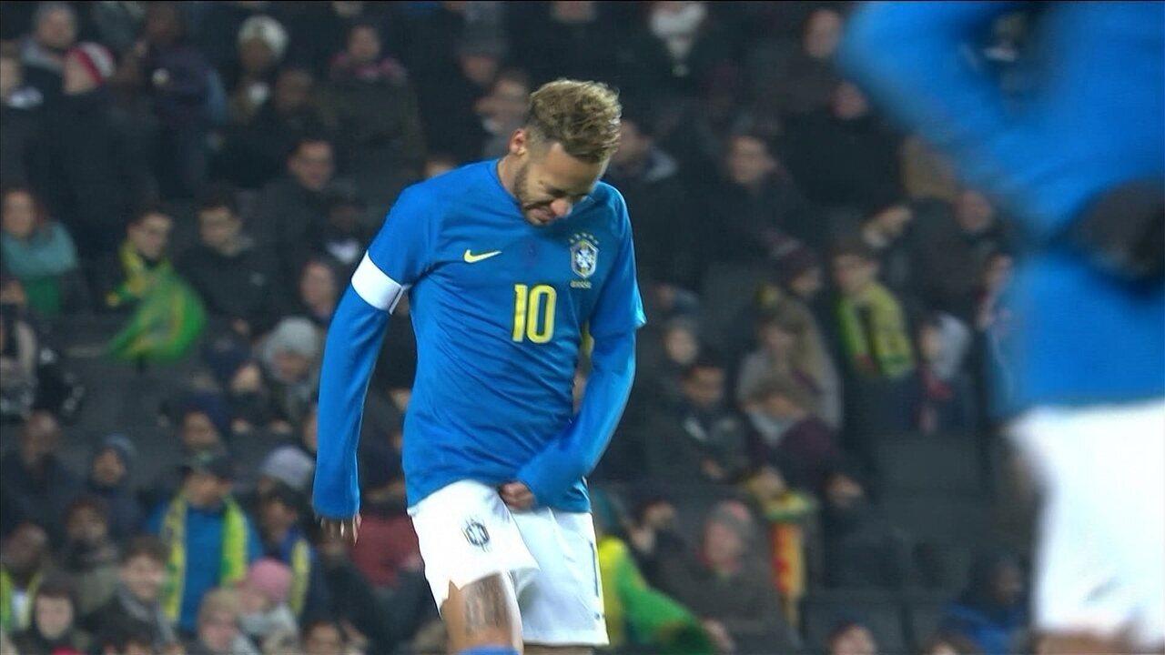 Neymar sente a virilha e é substituído pelo Richarlison aos 06' do 1º