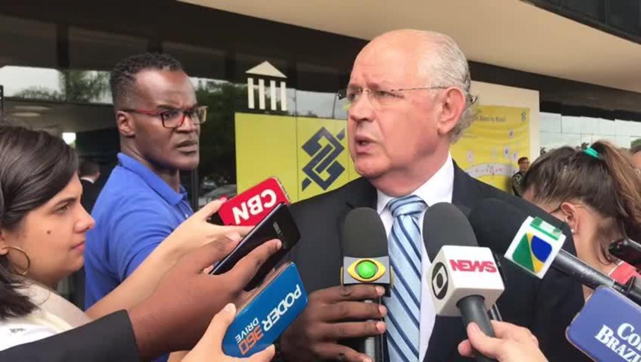 O deputado Luiz Carlos Hauly falou com a imprensa após reunião no gabinete de transição