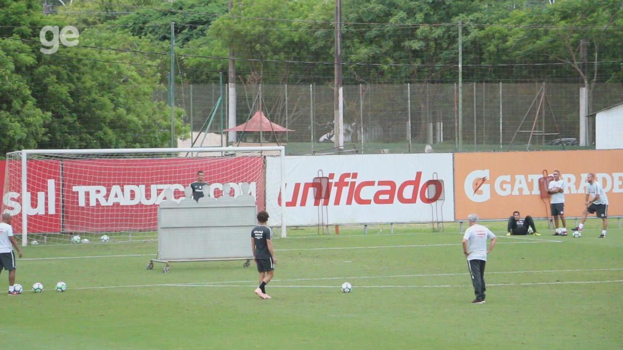 Odair e Camilo travam desafio de faltas em treino do Inter; veja as cobranças