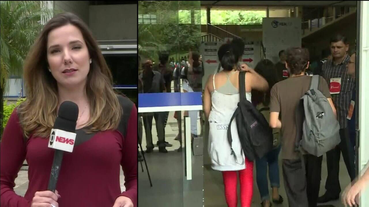 Candidatos fazem o primeiro dia de prova do vestibular da Fuvest, em São Paulo
