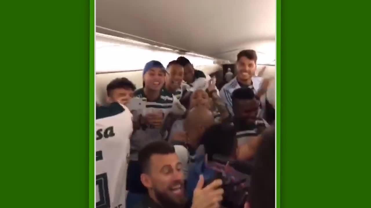 Dentro do avião, jogadores do Palmeiras cantam música em provocação ao Flamengo