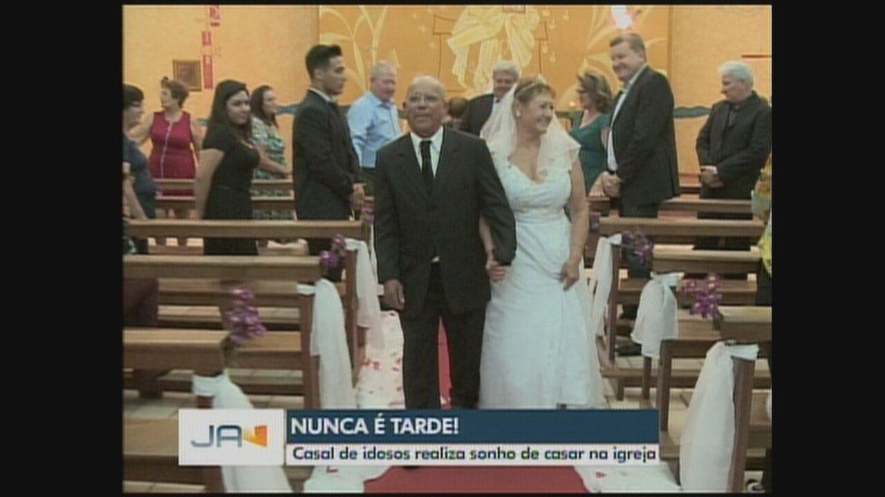 Casal de idosos realiza sonho de casar na igreja