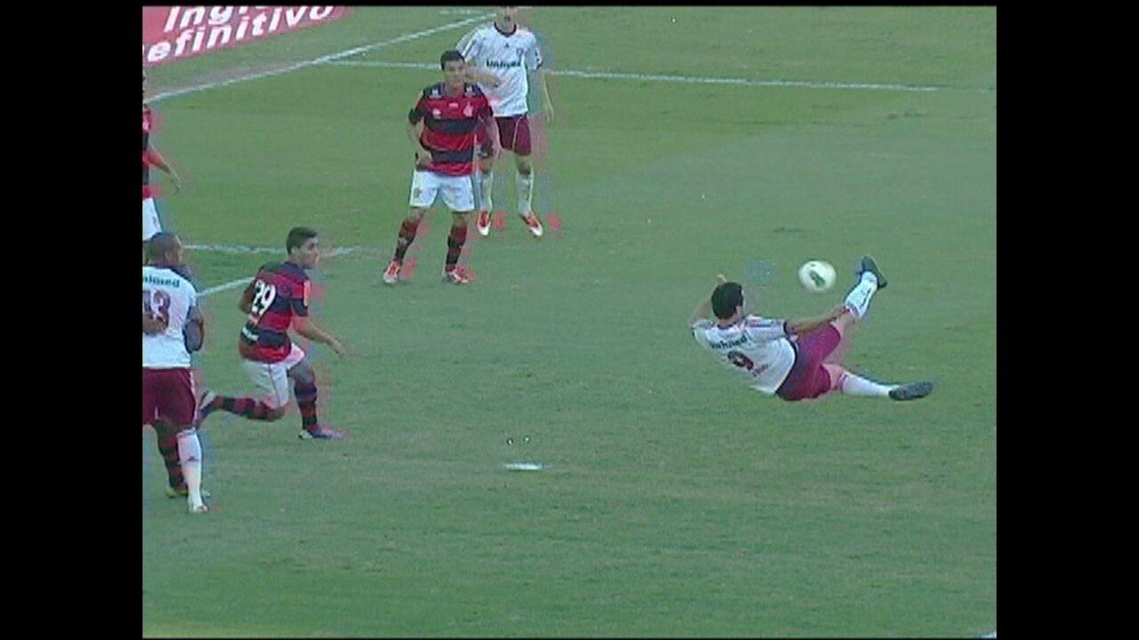 Fluminense marca de bicileta contra o Flamengo, em 2012