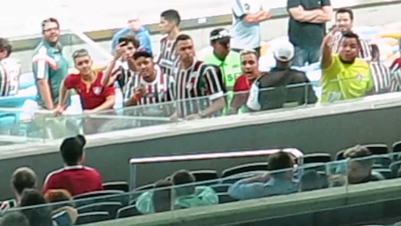 Torcedores do Fluminense hostilizam presidente Pedro Abad