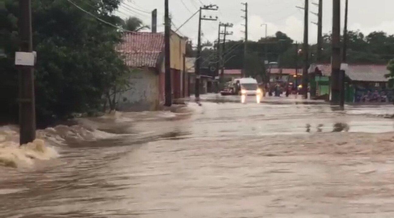 Rio transborda e alaga parte da Avenida Beira-Rio, em São José de Ribamar