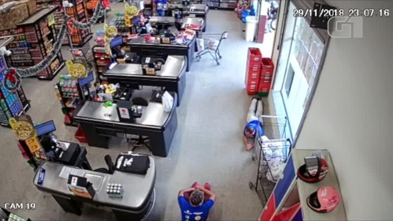 Vídeo mostra assalto a supermercado