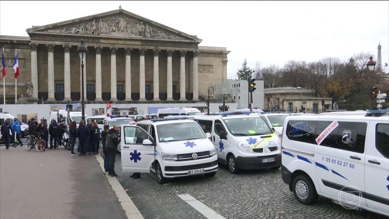 Motoristas de ambulâncias aderem à manifestação contra aumento dos combustíveis em Paris