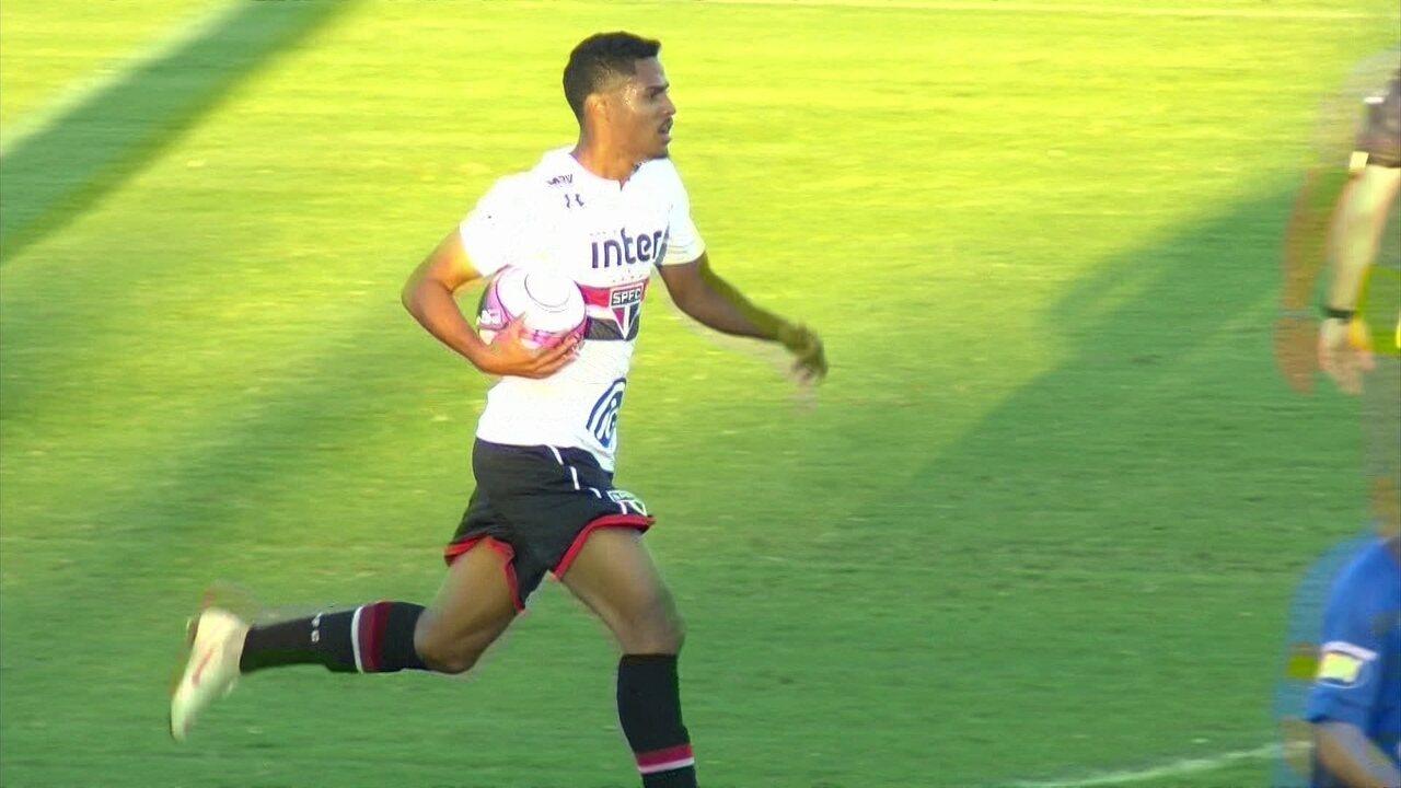 Gol do São Paulo! Gabriel Novaes pega rebote e diminui a vantagem, aos 13' do 2º tempo