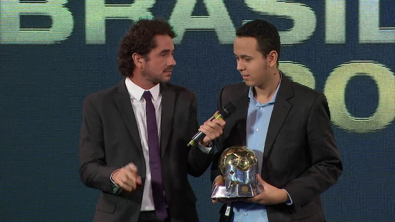 Henrykuinho recebe o prêmio de campeão do e-Brasileirão 2018 a3f5fd653131e