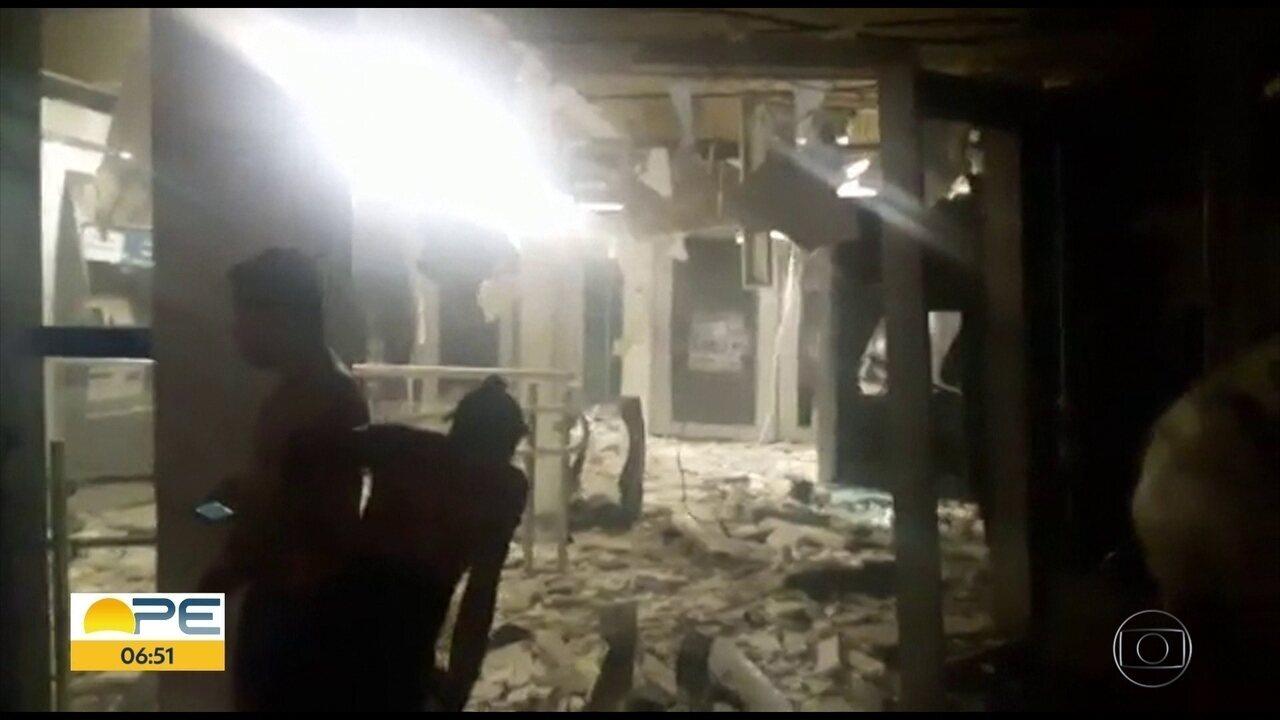Bandidos explodem caixas eletrônicos de banco em Carpina, na Zona da Mata