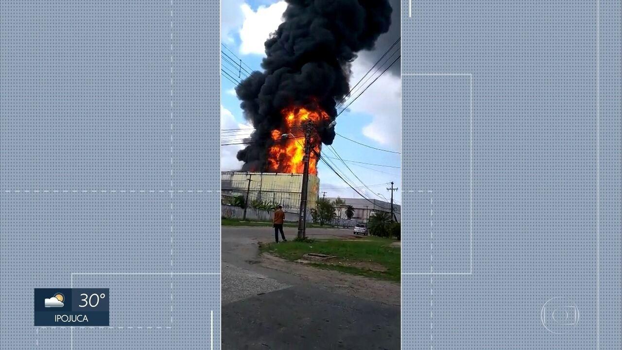 Galpão com alimentos é atingido por incêndio na Zona Oeste do Recife