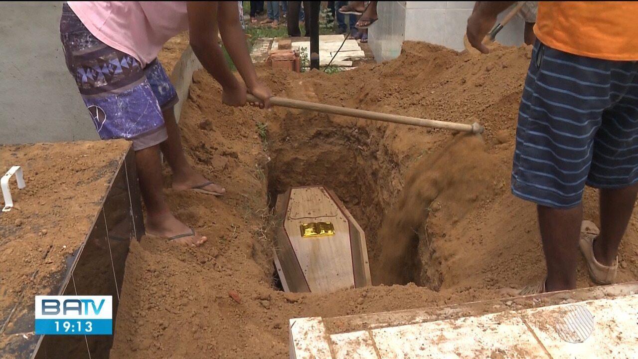 Enterro de vítimas de naufrágio em Xique-Xique é marcado por forte comoção