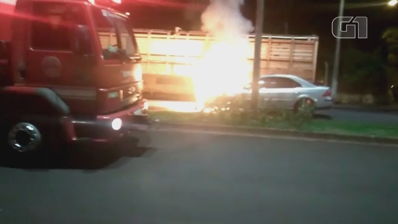 Veículo pega fogo no meio da rua em Lençóis Paulista