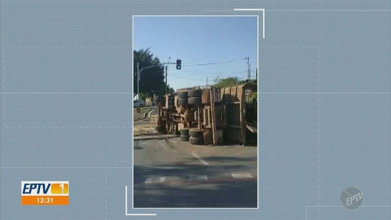 Motorista perde controle em curva e tomba carreta, em Limeira