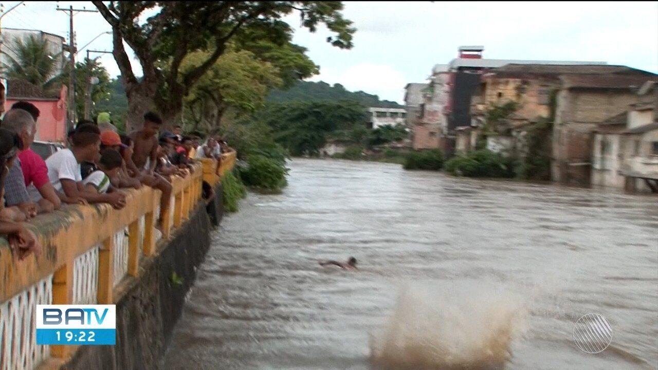 Chuva forte causa alagamentos em Itajuípe e prefeitura decreta situação de emergência