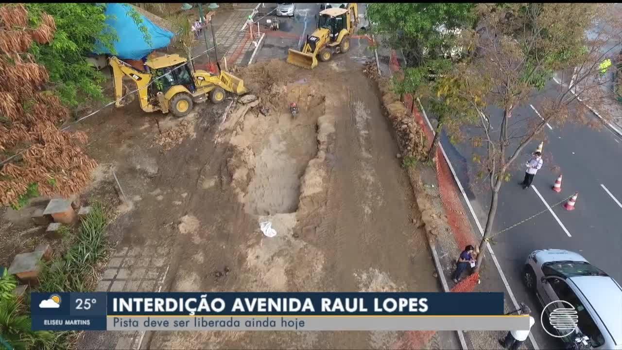 Empresa inicia recuperação de cratera aberta em avenida em Teresina