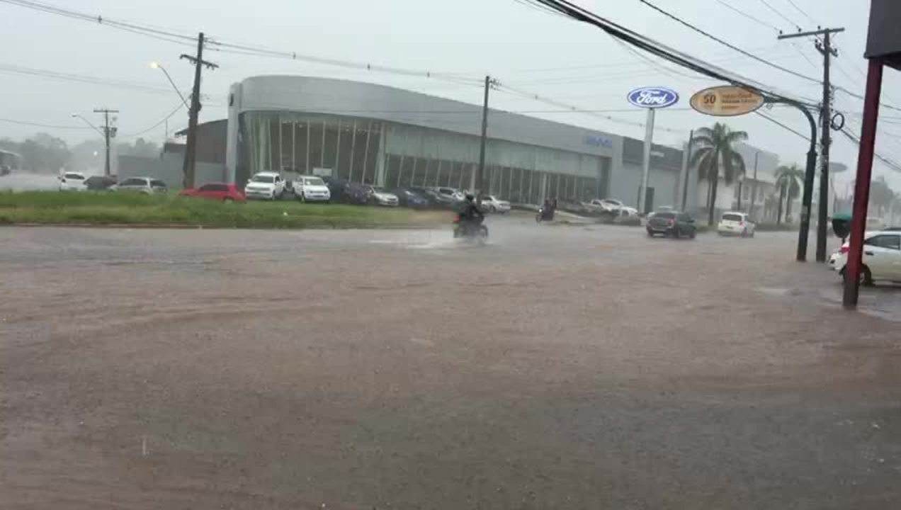 Via Chico Mendes ficou alagada durante forte chuva nesta sexta (7)