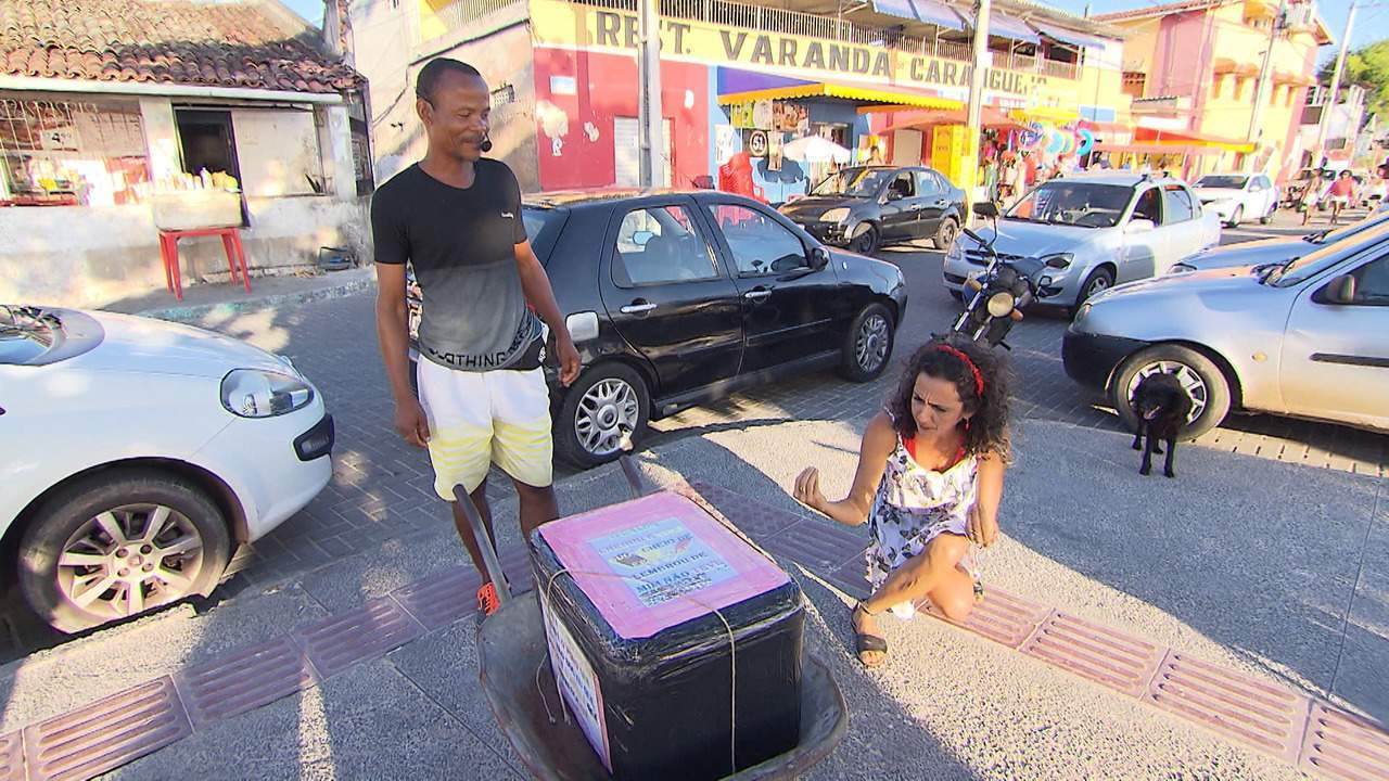 Maria Menezes conhece os vendedores pitorescos de São Tomé de Paripe