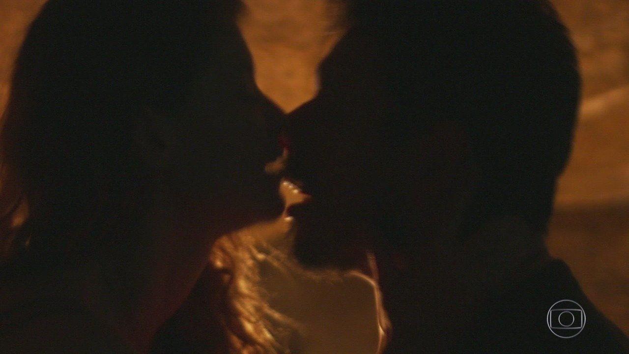 Capítulo de 08/12/2018 - Jorge conta sobre o beijo e Cris se preocupa. Solange esconde as roupas de Emiliano no carro de Tavares. Emiliano percebe que suas roupas sumiram. Cris se preocupa com a demora de Alain e Isabel. Marcelo entra na gruta.